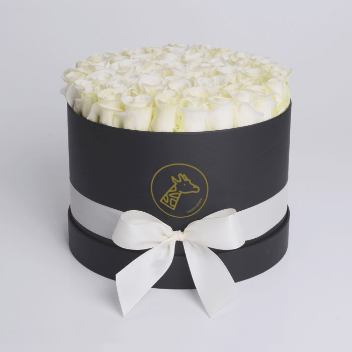 Шляпная коробка medium 45-55 белых роз